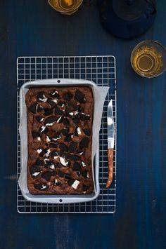 Receta de brownie de oreo con vídeo, pastel perfecto como postre. Muy fácil de hacer. Pastel de chocolate y galletas oreo. Ingredientes y paso a paso.