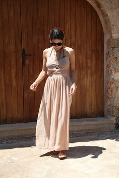 From beach to lunch: transparent maxi skirt in nude color. Instagram: QUEENOFTATE