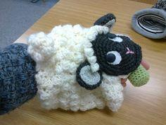 lampaan näköinen neulottu hypistelymuhvi naisen kädessä tutkittavana