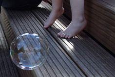 Wollt ihr auch so tolle Seifenblasen? IDie Seifenblasenflüssigkeit aus der diese zauberhaften Seifenblasen entstanden sind, ist selbstgemacht. Hier verrate ich das DIY Patentrezept für leuchtende Kinderaugen: : https://kinderhausundgarten.com/2016/07/31/schillernde-seifenblasen-leuchtende-kinderaugen-und-das-diy-patentrezept-fuer-noch-mehr-spass/