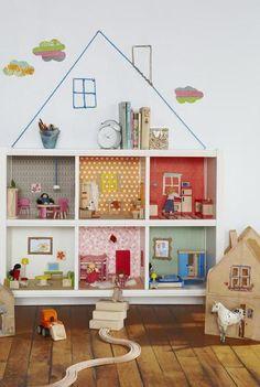 Una buena idea: convierte una estantería en una casa de muñecas