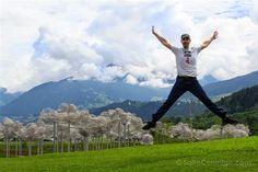 Saltando junto a la Nube de cristal de los Mundos de cristal de Swarovski en…