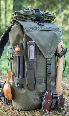 Got your bug out bag ready? Every prepper and survivalist needs a bug out bag list to stay prepared for any SHTF scenario. You only take what you absolutely need for survival. So what exactly should you include in a bug out bag checklist? Bushcraft Camping, Bushcraft Kit, Camping Survival, Outdoor Survival, Camping Hacks, Bushcraft Backpack, Cool Camping Gear, Wilderness Survival, Outdoor Camping