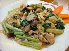 "Cap cay adalah dialek Hokkian yang berarti harfiah ""aneka ragam sayur"". Cap cay adalah nama hidangan khas Tionghoa yang populer yang khas karena dimasak dari banyak macam sayuran. Jumlah sayuran tidak tentu, namun banyak yang salah kaprah mengira bahwa cap cay harus mengandung 10 macam sayuran karena secara harfiah adalah berarti ""sepuluh sayur""."