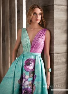 Long floaty dress with pleated skirt in printed mikado, is cut at the waist decorated with a cincture of the same fabric. The body is draped in silk gauze combining the colors with the same tone of the printed of the skirt. The Back has a wide neckline. Night Gown Dress, Floaty Dress, The Dress, Party Dress, Pleated Skirt, Elegant Dresses, Beautiful Dresses, Nice Dresses, Formal Dresses