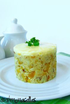 Salata Mimoza Mimosa Salad o reteta cu traditie - simonacallas Mayonnaise, Mimosa Salad, Roasted Eggplant Dip, Romanian Food, Romanian Recipes, Smoked Fish, Fish And Meat, Up Halloween, Quick Meals