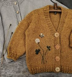 - Knitting For Kids Baby Outfits, Kids Outfits, Little Girl Closet, Knit Baby Sweaters, Look Retro, Diy Mode, Vintage Baby Clothes, Sweater Knitting Patterns, Baby Cardigan