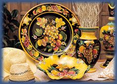 GP Deruta - fruit pattern ~Gialletti Pinpinelli (GP) -- Related to Gialletti Giulio by their grandfather and located next door, GP has branched out into their own style of products. They have some amazing designs, complimenting their cousins' beautiful array of art full of flowers, fruit and geometrical patterns.