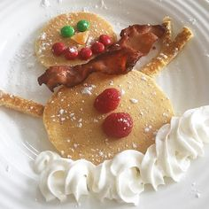 Fun Christmas Breakfast Ideas for Kids - Clean and Scentsible Adorable snowman pancakes for a fun Christmas or winter breakfast. Christmas Pancakes, Christmas Snacks, Christmas Brunch, Xmas Food, Christmas Cooking, Christmas Eve, Christmas Mantels, Christmas Snowman, Christmas Traditions