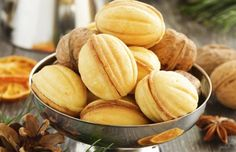 Nuci umplute, mi le pregătea mama de fiecare Crăciun Sweets Recipes, Snack Recipes, Cooking Recipes, Snacks, Romanian Desserts, Romanian Food, Snack Platter, Appetizers For Party, Macarons