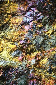 Kuparikiisu - kupari kuparikiisu kuparimalmi raakamalmi raaka-aine malmi kalkopyriitti kuparisulfidi sulfidi  borniitti kullankeltainen keltainen messinginkeltainen mineraali malmimineraali kuparimineraali kaivosteollisuus geologia laajasalo