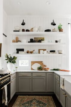 English country kitchens - Kitchen Organization Tips to Bookmark If You Have Zero Storage – English country kitchens Classic Kitchen, New Kitchen, Kitchen Dining, Kitchen Ideas, Kitchen Cabinets, Kitchen Hacks, Kitchen Modern, Rustic Kitchen, Minimal Kitchen