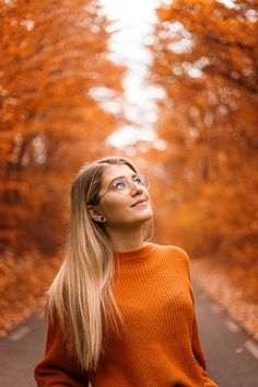 Beautiful autumn photography of a female model in orange posing in front of orange leaved trees Autumn is the perfect time of year for cozy moments, hot beverages, and breathtaking sceneries. It's also the perfect excuse to get into creative autumn… Smoke Bomb Photography, Self Portrait Photography, Autumn Photography, Girl Photography, Creative Photography, Photography Backdrops, Photography Business, Photography Lighting, Photography Backgrounds