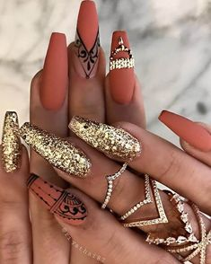 50 Hottest Gold Nail Designs to Spice Up Your Nail Inspirations I also love how gold nails can look both feminine and edgy at the same time. Check out the best design ideas for 2020 here. Gold Nail Art, Gold Nails, Stiletto Nails, Henna Nail Art, Henna Nails, Gold Art, Coffin Nails, Gold Nail Designs, Acrylic Nail Designs