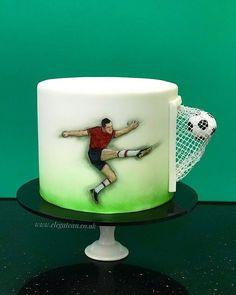 Matcha tea cake and tonka bean - HQ Recipes Football Themed Cakes, Sports Themed Cakes, Fondant Cakes, Cupcake Cakes, Cupcakes, Football Birthday Cake, Sport Cakes, Soccer Cakes, Salty Cake