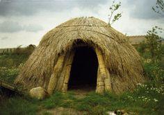 Reconstructie van een hut uit de tijd van de jager-verzamelaars in het Archeon in Alphen aan de Rijn. Foto: dr. ir. J.A. Hendrikx.