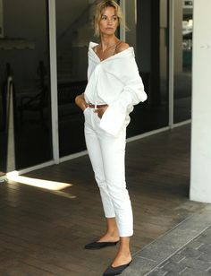 La chemise blanche adopte un nouveau dress code ! (photo Anouk Yve) All White Outfit, White Outfits, Summer Fashion Outfits, Stylish Outfits, Daily Fashion, Girl Fashion, Yeezy Fashion, Looks Style, Mode Outfits
