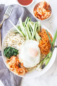 A vegetarian bibimbap recipe packed with healthy vegetables, kimchi, and fried eggs! Korean bibimbap bowls are EASY, plus this one has a secret ingredient to make it low carb, keto and paleo friendly. Ketogenic Recipes, Paleo Recipes, Low Carb Recipes, Dinner Recipes, Vegetarian Recipes For Beginners, Keto Foods, Ketogenic Diet, High Protein Vegetarian Recipes, Vegetarian Dinners
