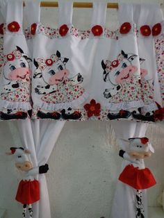 cortinas de vacas (Not pinned for the cows, but for the idea of the cute tiebacks for the shower curtain. Sewing Crafts, Sewing Projects, Projects To Try, Felt Crafts, Diy And Crafts, Rideaux Shabby Chic, Cow Kitchen, Kitchen Window Curtains, Diy Curtains