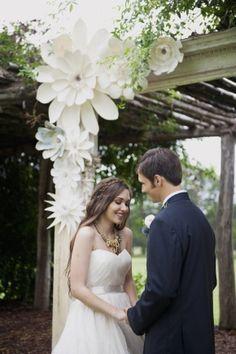 Kır düğünü çiçekli mekan süslemesi  straplez gelinlik, damatlık