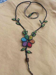 Collar de macramé, hojitas verdes y flor colgante. Collar Macrame, Macrame Colar, Macrame Art, Macrame Projects, Macrame Necklace, Macrame Knots, Macrame Jewelry, Macrame Bracelets, Flower Necklace