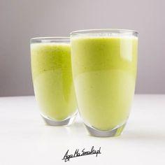 Kolejny zielony koktajl na blogu z gruszki i pietruszki. Nie będę oszukiwać: koktajle z natką pietruszki to u mnie częsty proceder, bo muszę dbać o poziom żelaza we krwi. A póki nie ma jeszcze bardzo przeze mnie oczekiwanych świeżych owoców jagodowych to posiłkuję się tym, co jest. Na co? Taki zielony koktajl z gruszki i… Smoothie Drinks, Smoothie Diet, Fruit Smoothies, Healthy Smoothies, Kitchen Recipes, Raw Food Recipes, Milkshake, Nutribullet, Recipies