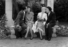 1957. Le festival de Cannes c'est aussi les fêtes . Loin de la foule sur la Croisette,  le couple Dino de Laurentis , Silvina Mangano donne dans leur propriété, une soirée en l'honneur de Federico Fellini et Giulietta Masina. Photo : pool Paris Match.