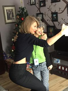 i learned a lot from ethel kennedy — thisloveisglowing: So this just happened. Estilo Taylor Swift, Taylor Swift Music, Taylor Swift Hot, Swift 3, Ethel Kennedy, Sibling Poses, Newborn Poses, Taylor Swift Pictures, Christmas Sweaters
