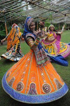 """Garba é dança folclórica indiana, da região de Gujarat, é a mais popular desse povo. Garba vem do sânscrito e significa """"ventre"""", Garbas tradicionais são realizadas em torno de uma lamparina acesa no centro do circulo. Dançam-se, dobrando-se lateralmente em cada etapa, os braços fazem gestos largos, cada movimento é marcado pelo ritmo de um batimento de palmas. Do Garba podem participar ambos os sexos e posição social."""