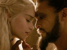 "Kahl Drogo (aka, Jason Momoa) obsesses over Emilia Clarke in ""Game of Thrones"" again and is TOO ADORABLE"
