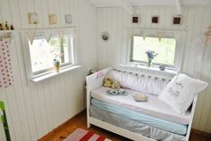 Adding new life to the playhouse with what you got... http://titalita.blogg.no/1440439952_lekestue.html