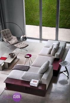 Um ambiente sofisticado e moderno ao mesmo tempo. Esse ambiente passa uma sensação aconchego e as cores claras contribuem para isso, reparem nos detalhes na cor vinho que dão um contraste nessa sala de estar.