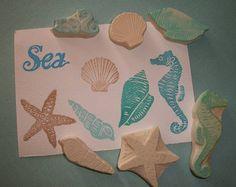 Enthält: 1 Jelly Fish Stamp Messungen: 2,25 lange Jelly Fish Stamp Hand geschnitzt in haltbaren Gummi. Perfekt für viele Projekte für