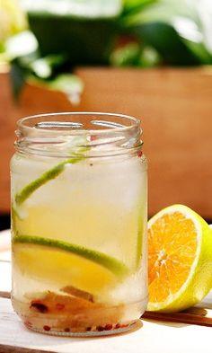 Para animar, uma bebida com gengibre, cravo e laranja. Clique aqui para ver a receita Non Alcoholic, Yummy Drinks, Cantaloupe, Cucumber, Pickles, Smoothies, Food Photography, Juice, Food And Drink
