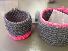 Paniers en crochet size L, gris chiné et rose fluo. En vente à: Atelier64-1844 Villeneuve.