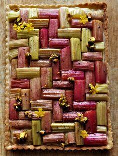 Rabarbertærte med vanillecreme og karameliserede pistacienødder Sweet Recipes, Cake Recipes, Dessert Drinks, Desserts, Danish Food, Sweet Pie, Eat Smart, Winter Is Coming, Tasty Dishes