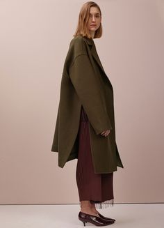 Fall / Winter Collection 2015 | CÉLINE  SPLIT OVERSIZE COAT IN KHAKI GREEN WOOL FELT   TANK TOP IN BLACK VISCOSE TWO TONED RIBS  TROUSERS IN BROWN VISCOSE TWO-TONED RIBS 21M846358.19BS  ESSENTIAL V NECK PUMP IN BURGUNDY CROCODILE