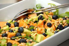Melonsalat med avocado - nem og sund salat via @madensverden Salad Menu, Salad Dishes, Easy Salad Recipes, Easy Salads, Healthy Recipes, Moussaka, Crab Stuffed Avocado, Cottage Cheese Salad, Raw Broccoli