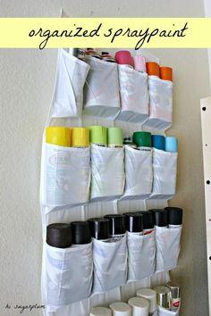 Guarda la pintura en aerosol en el organizador de zapatos.   38 ideas para organizar tu garaje que son prácticamente geniales