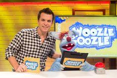 """Jede Folge von """"Woozle Goozle"""" widmet sich zwei verschiedenen Thematiken – spannende Einspieler vermitteln den Kindern  viel Wissenswertes und Erstaunliches. Während Benedikt Weber für eine profunde und eher konventionelle Wissensvermittlung steht, neigt die Puppe Woozle zum erfrischenden Chaos, aber immer mit wissenswerter Perspektive."""
