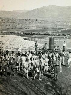 Hospital de campaña de los nacionales en el frente de Somosierra, 1937. Proceso de desinfección. Archivo fotográfico de la Comunidad de Madrid.