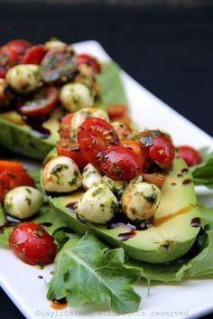 Abacate com recheio de salada caprese