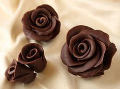 Chocolate Roses are gorgeous, delicious lifelike flowers made out of a candy paste called chocolate plastic. This photo tutorial will give you step-by-step instructions showing how to make chocolate roses. Cake Cookies, Cupcake Cakes, Cupcakes, Cake Decorating Tips, Cookie Decorating, Decoration Patisserie, Chocolate Flowers, Modeling Chocolate, How To Make Chocolate