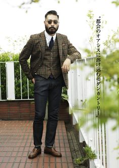 Great use of plaid. You can tell that he had the matching pants, but much respect for opting towards the navy blue trousers. Choice.