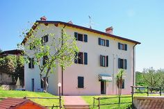 Apartments Cà Bottrigo - Bardolino ... Garda Lake, Lago di Garda, Gardasee, Lake Garda, Lac de Garde, Gardameer, Gardasøen, Jezioro Garda, Gardské Jezero, אגם גארדה, Озеро Гарда ... Welcome to Apartments Cà Bottrigo Bardolino. Situated in a quite sunny position, about 800 m from the historical centre of Bardolino. Not far away from it, runs the enchanting Bardolino Wine Road with its several restaurants, wineries and farmhouses, where you can taste an