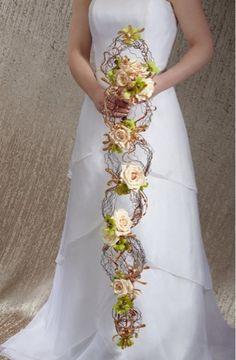 Ramo de novia en cascada - The Bride Ideal: A Renaissance Romance