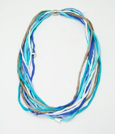 Natural silk hand paintend threads necklace, with small metallic pieces and magnetic clousure Textiles, Metallic, Hand Painted, Silk, Crafts, Silk Thread, Textile Jewelry, Hand Fans, Manualidades
