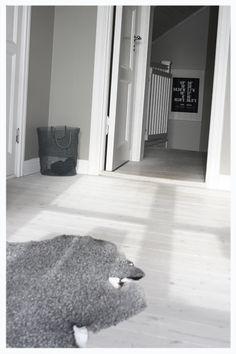 Vita trägolv, grå väggar och vita snickerier Interior Architecture, Interior Design, Scandinavian Home, Shag Rug, Kids Rugs, Flooring, Living Room, Home Decor, House Ideas