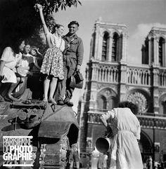 Libération de Paris. 25 août 1944, 7h du matin, parvis de Notre-Dame. Photo Gaston Paris.