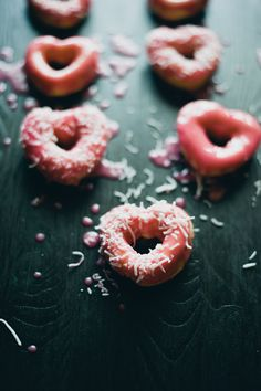 Mini Heart Valentine Donuts, Pink Valentine's Day Donuts, DIY Valentine Food Gifts www. Diy Valentine's Food, Food Ideas, Food Styling, Yummy Treats, Sweet Treats, Cooking Photos, Cooking Tips, Valentines Food, Valentine Treats